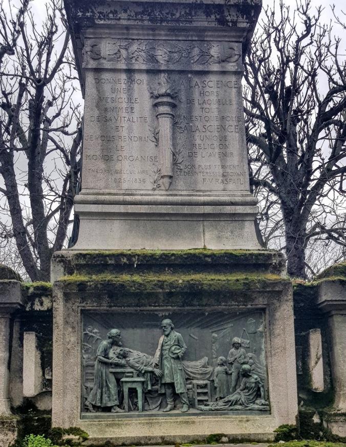 socle du Monument de Raspail. Le médecin des pauvres